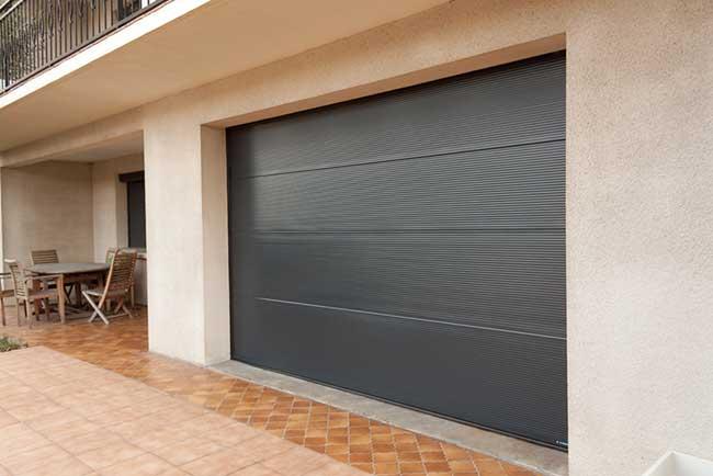 porte-de-garage-microrainuree-maison-traditionnelle-contemporaine-alu